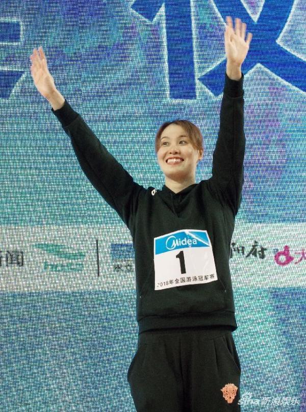 4月15日,傅园慧获得全国游泳冠军赛女子50米抬泳冠军。 新华社记者 曹阳 摄
