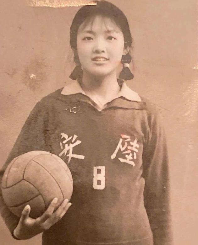 汪小菲分享母亲张兰年轻时照片 在线提问和谁最像