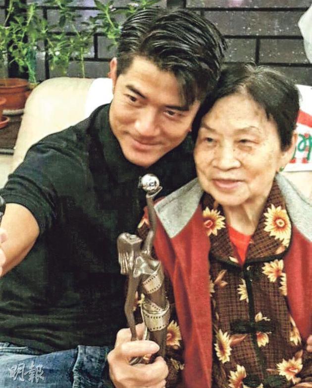 郭富城母亲(右)2月7日在家离世,昨天(3月3日)在香港殡仪馆设灵。