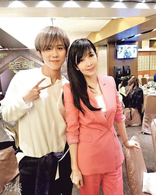 姜涛(左)大热夺冠,周慧敏(右)说他实至名归。