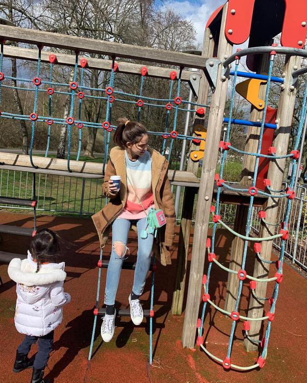 昆凌跟小周週在兒童樂園玩耍