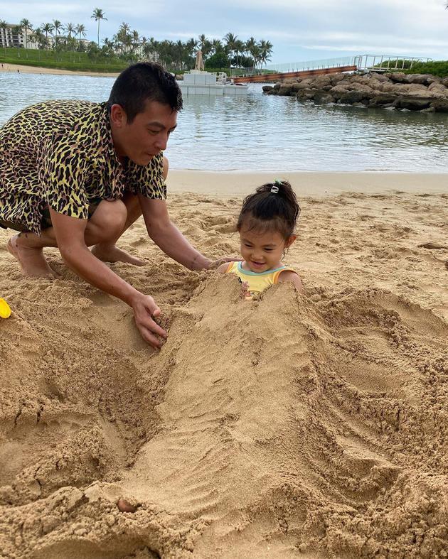 陈冠希陪女儿玩堆沙游戏