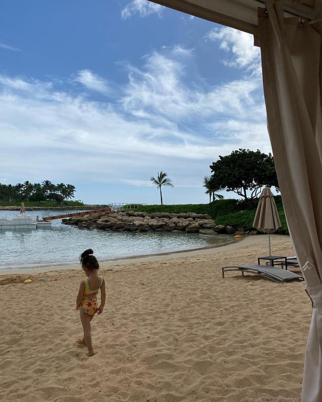 陈冠希带女儿沙滩度假