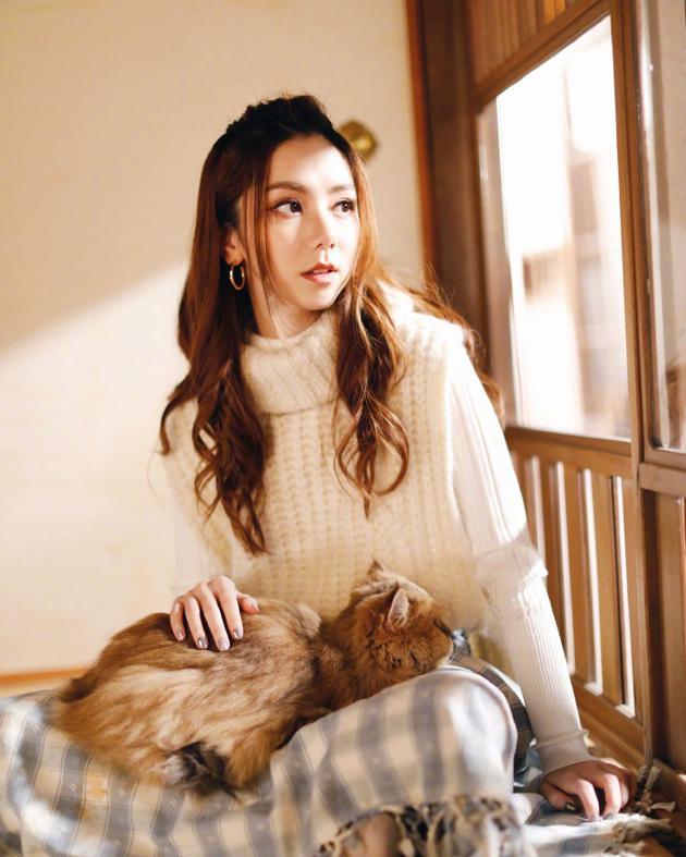 邓紫棋晒抱猫照:它好像很喜欢我