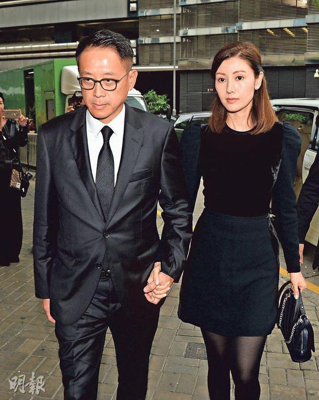 昨天(12月9日)下昼约4点,许晋亨和李嘉欣满脸哀伤抵达殡仪馆。