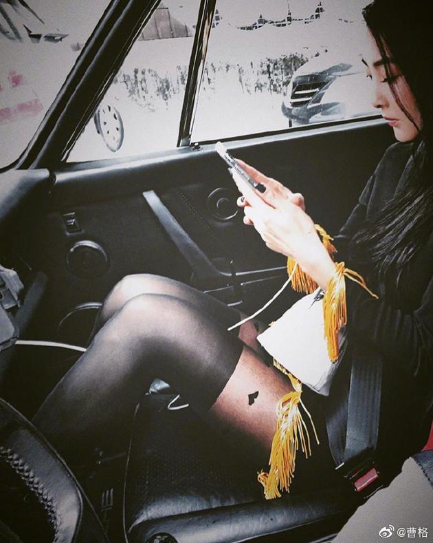 老婆穿黑丝露美腿坐副驾驶 曹格直呼无法专心开车