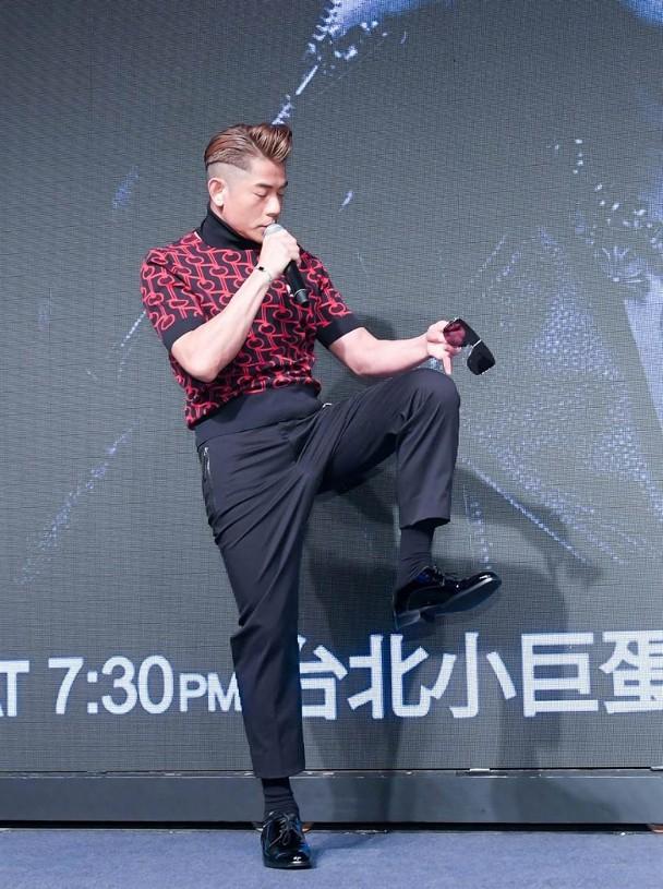 他现身台湾举行记者招待会