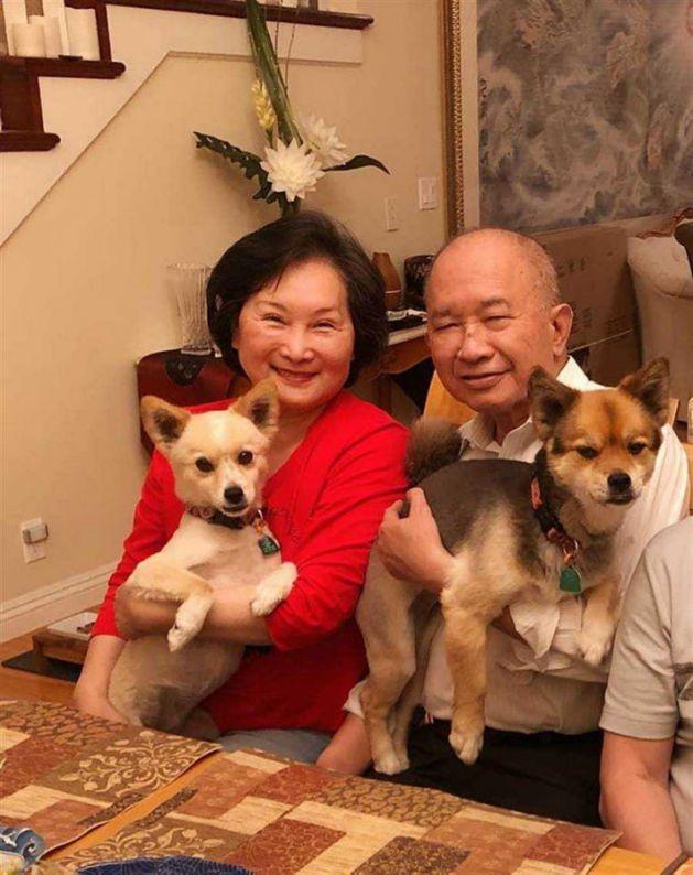 牛春龙(左)与吴宇森定居美国多年。