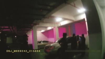 事发地下车库。视频截图