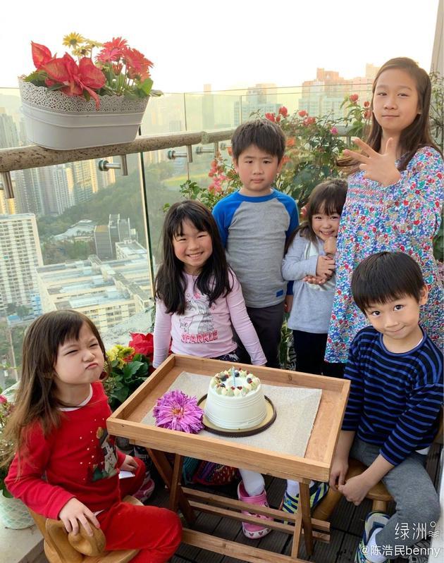 孩子们围着蛋糕十分开心