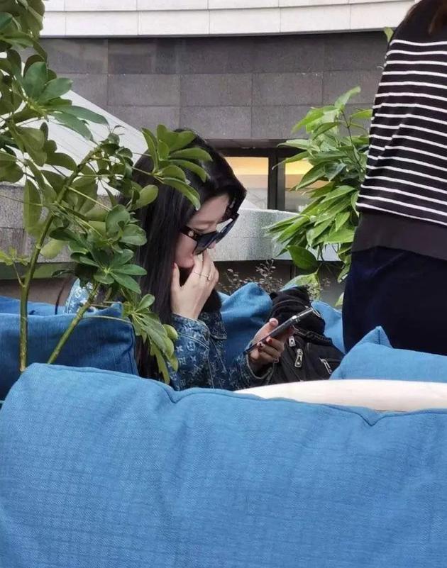 刘亦菲戴着墨镜侧颜对镜