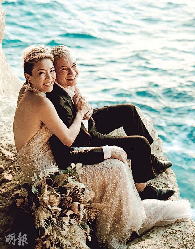 陈钰芸(左)与准老公Antony在塞浦路斯拍摄浪漫婚纱照
