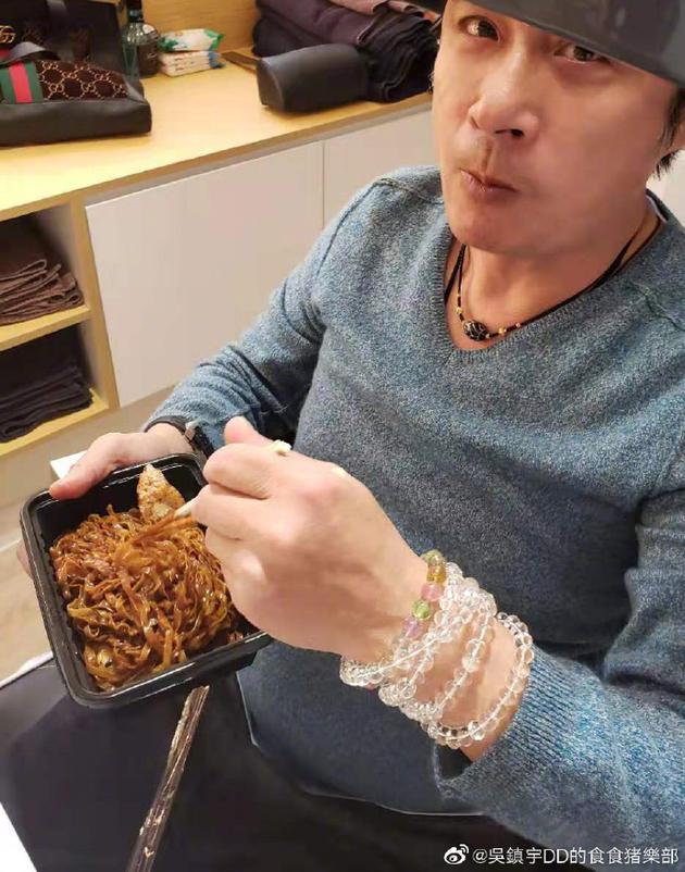 费曼偷上吴镇宇微博发文抱怨爸爸偷吃自己外卖