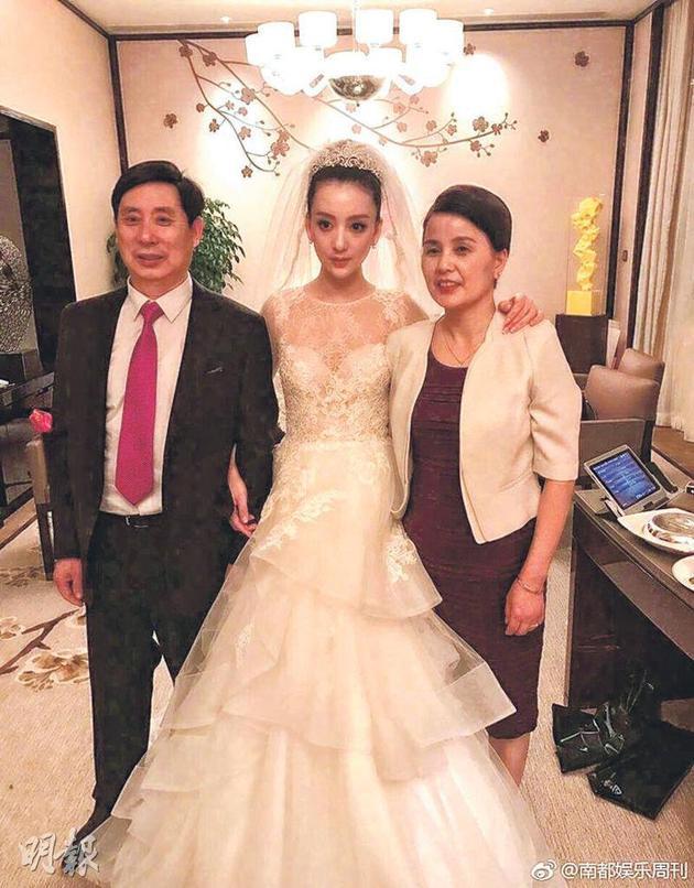 方媛(中)父母(左、右)频繁前去香港拜看女儿以及照顾孙女。