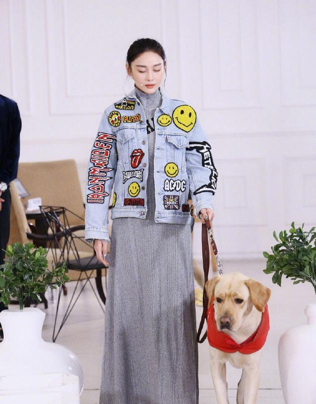 张馨予与导盲犬