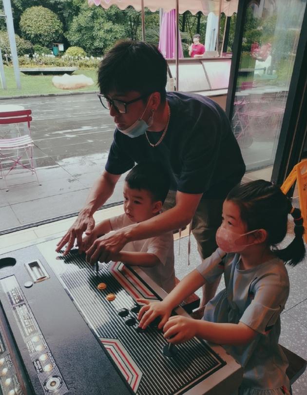 王栎鑫带娃玩街机