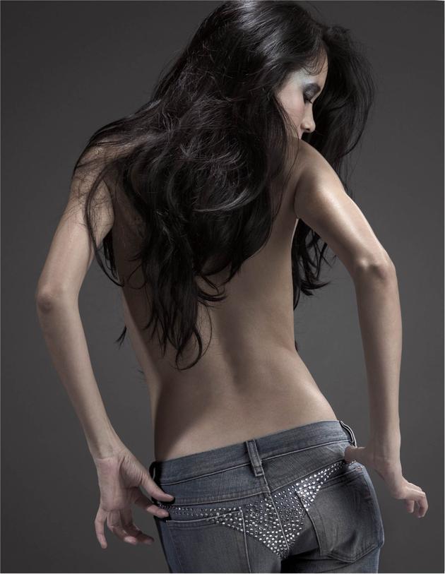 莫文蔚裸背拍攝聯名系列牛仔褲視覺