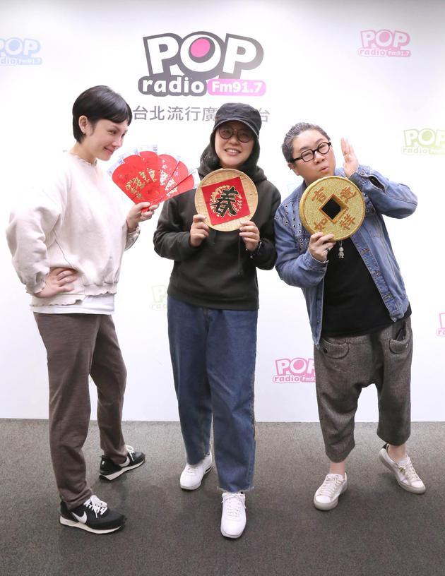 魏如萱(左)与经纪人Ivy上广播节现在