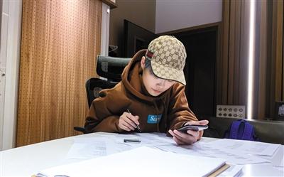"""""""对自己要求极高,尤其是在音乐上"""",是很多合作伙伴对李宇春的评价。"""