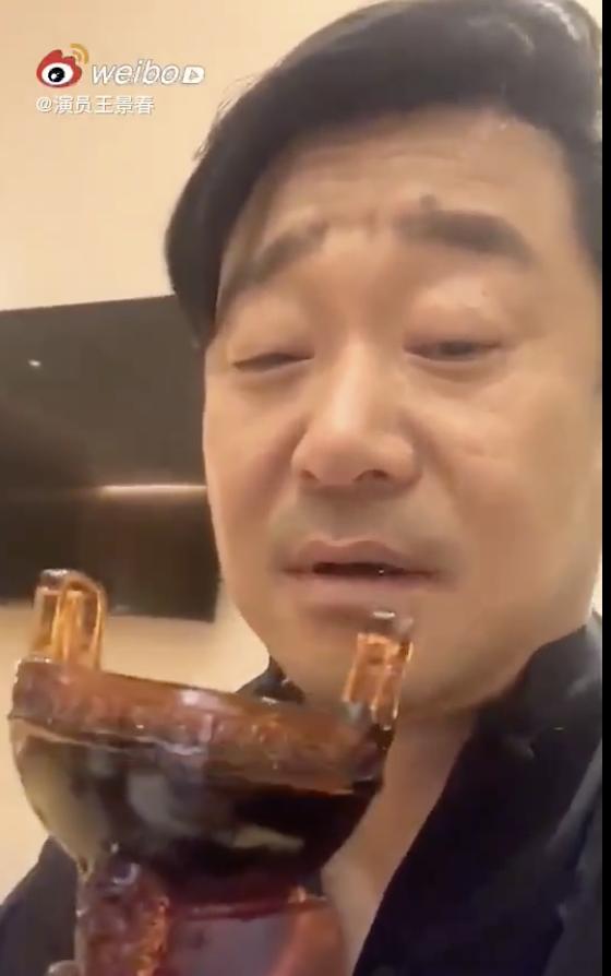 王景春用华鼎奖杯喝酒:是好鼎 我干了你随意