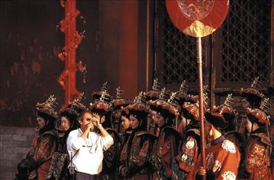 贝托鲁奇和《末代皇帝》的演员们在一首。