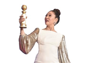 手握金球奖杯的亚裔演员吴珊卓。