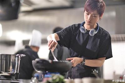 不久前,李宇春在某节目中展示了一把厨艺。