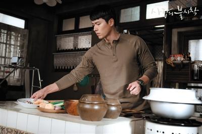 玄彬邪在剧中为父主做饭、磨咖啡