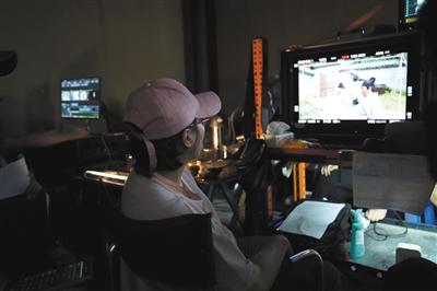 李少红导演在处理《大宋宫词》的后期细节。