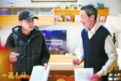 欧阳奋强(左)给演员讲戏