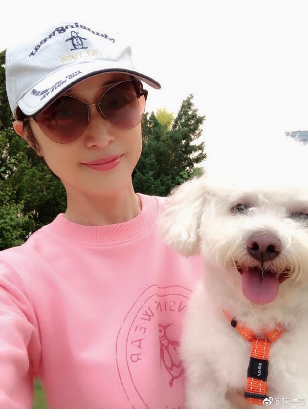 陈法蓉和狗狗自拍
