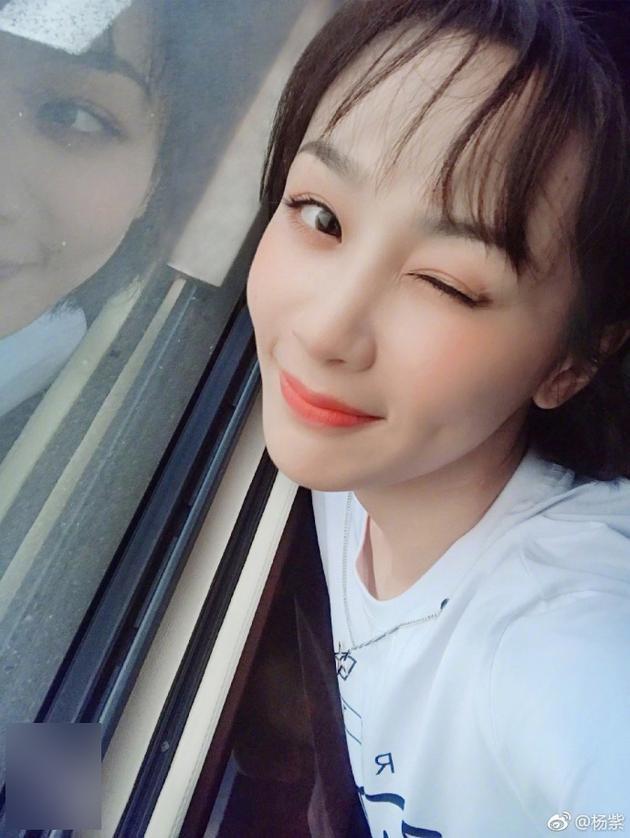 杨紫对镜甜笑