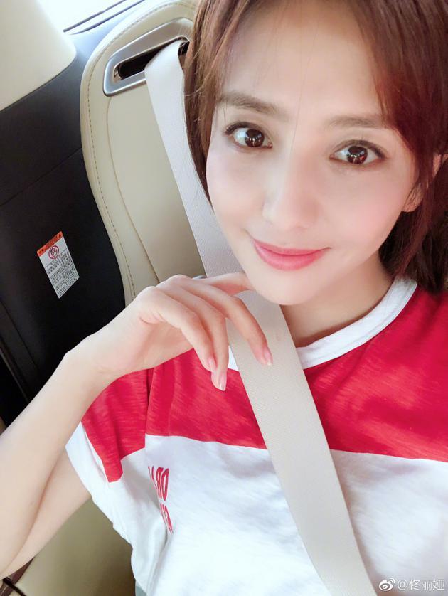 佟丽娅穿粉白T恤少女感十足 车内自拍露甜美笑容