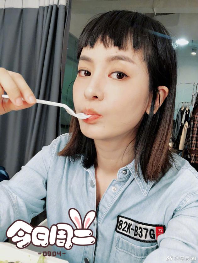 """李晟含勺子嘟嘴晒自拍 """"狗啃""""刘海独特又呆萌"""