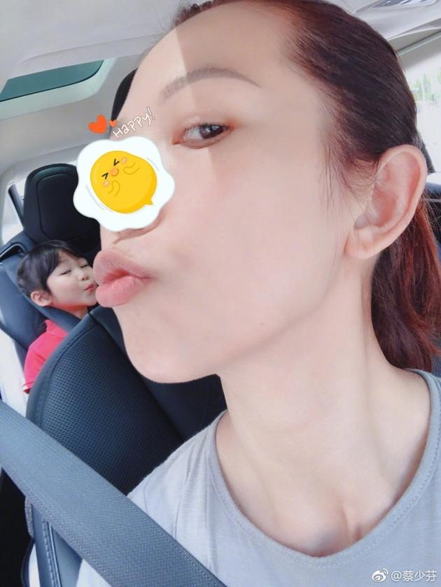 蔡少芬与女儿亲吻