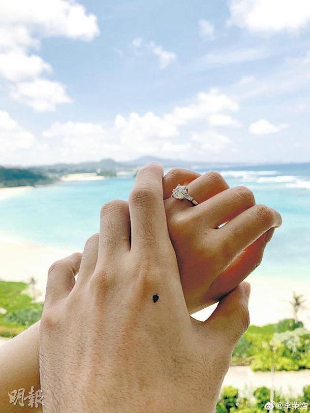 李荣浩分享两人牵手甜蜜照,宣布求婚成功,杨丞琳手上的钻戒很耀眼。