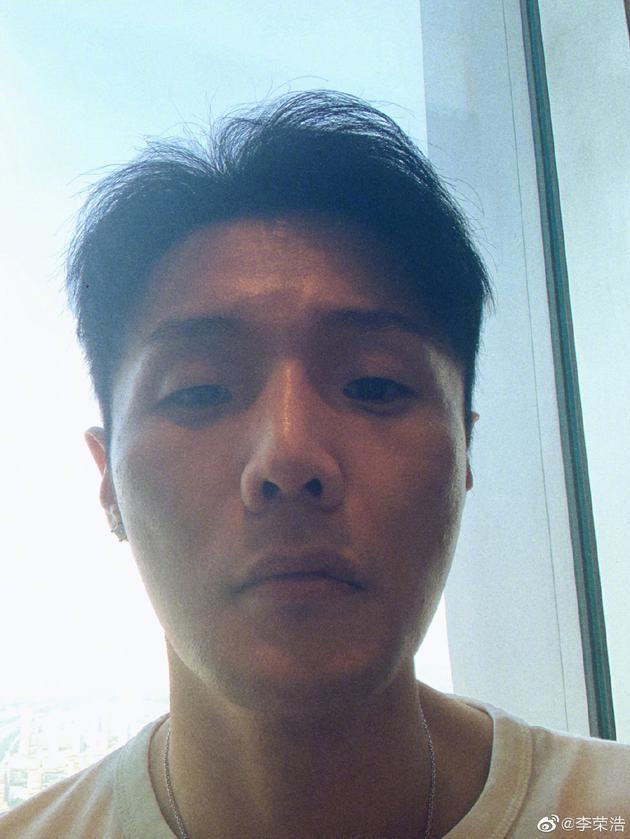 李荣浩12日晚间po出自拍