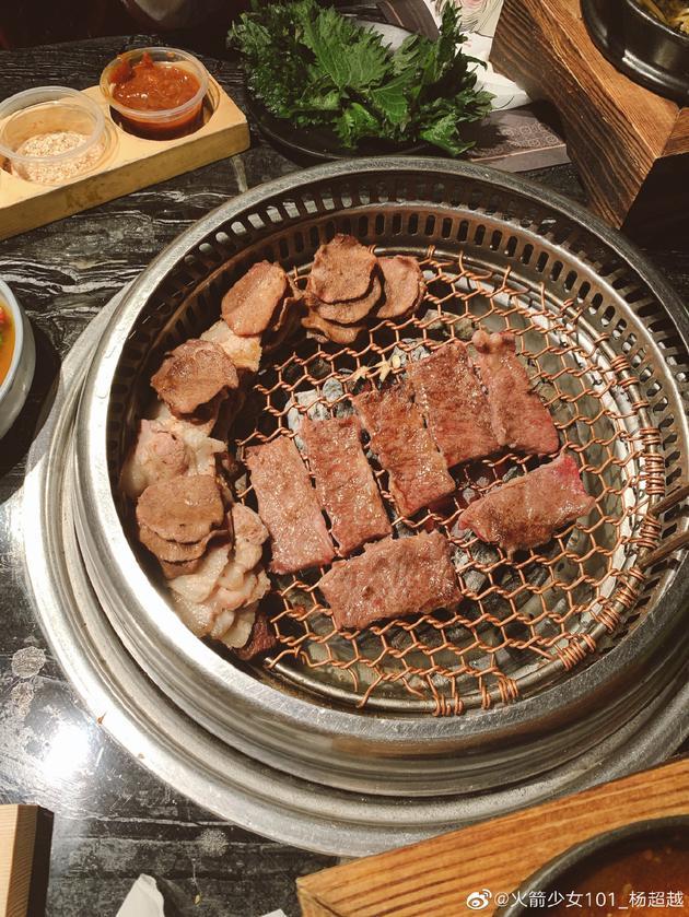 杨超越晒烤肉
