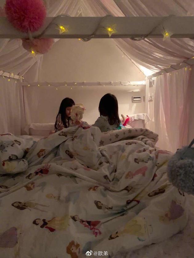 欧弟晒两个女儿睡前萌照