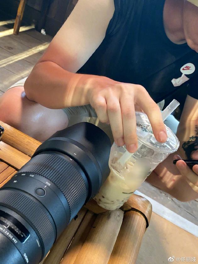 佟丽娅晒摄影小哥手臂