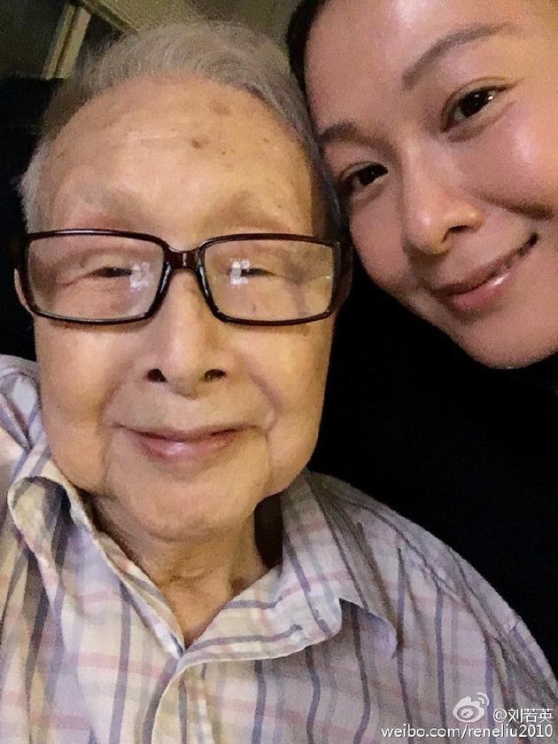 刘若英演出时透露父亲去世享年92岁:希望他能听到