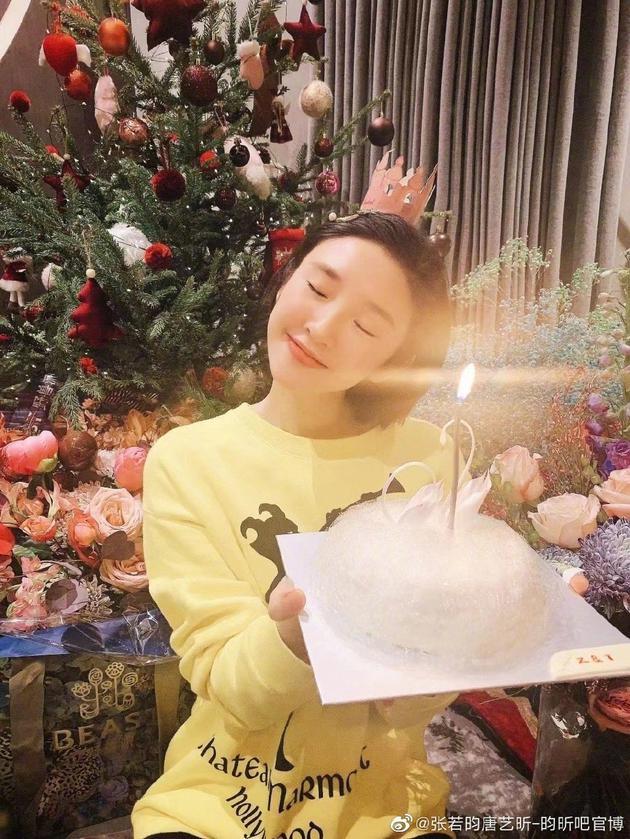 唐艺昕33岁庆生照曝光 手捧生日蛋糕署名暗藏甜蜜