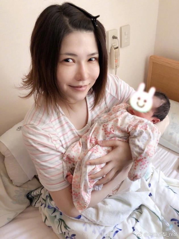 日本女星冲田杏梨报喜生女 素颜抱娃秀小宝宝