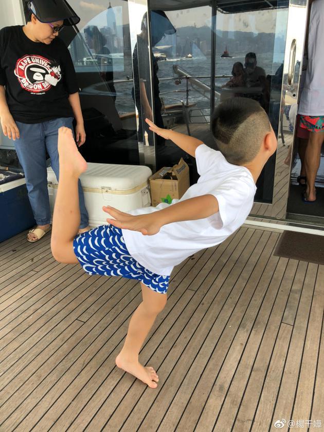 儿子做出飞翔姿势
