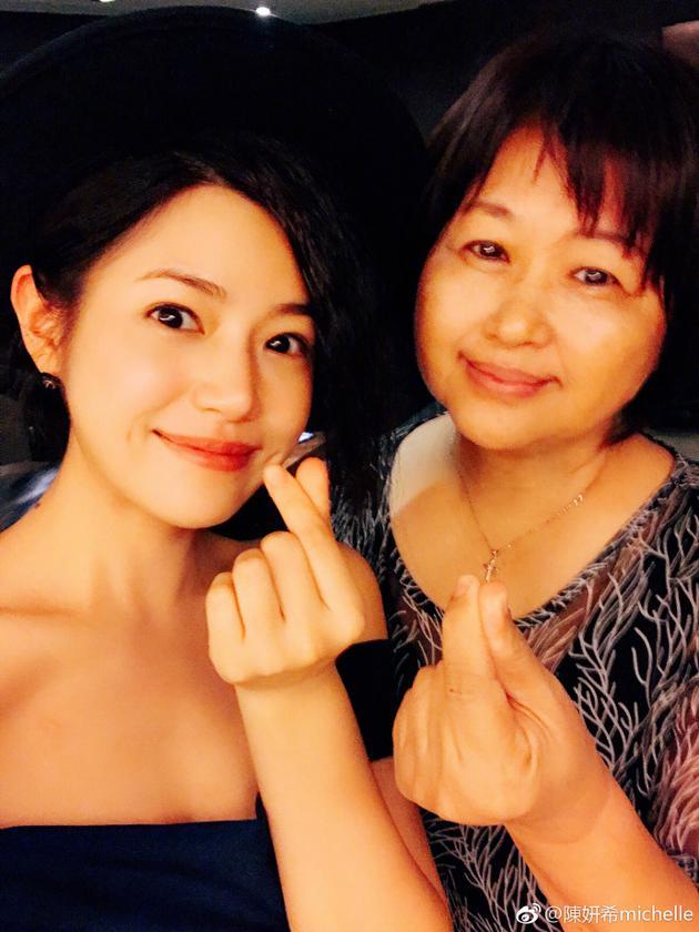 基因强大!陈妍希为妈妈庆生母女同款包包脸抢镜
