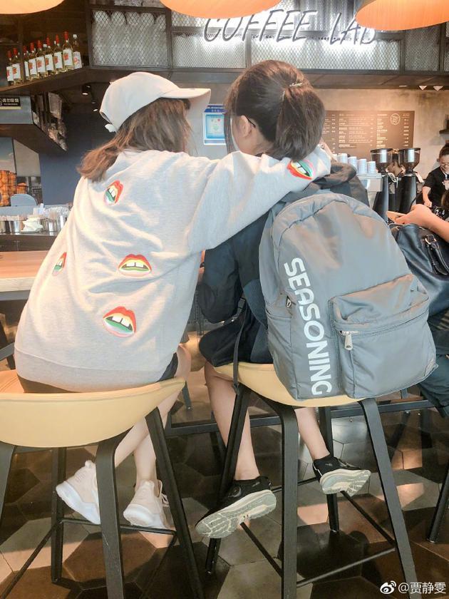 贾静雯与梧桐妹相聚咖啡馆 单手搭肩背影似姐妹