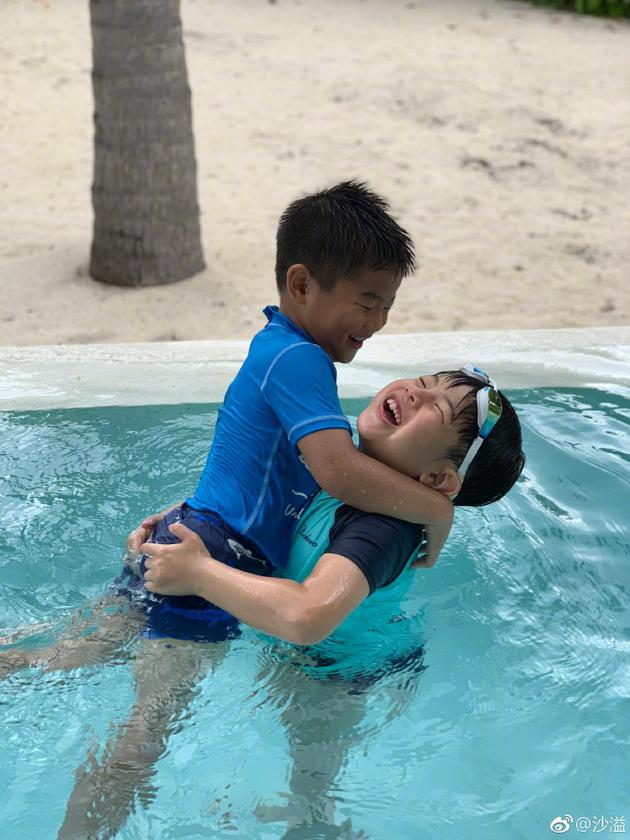 安吉幼鱼儿玩水