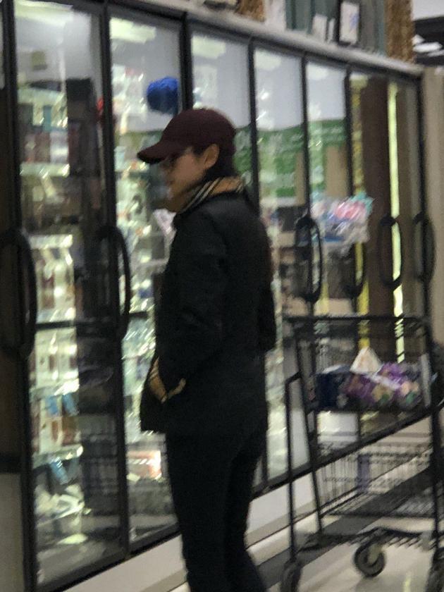 �O�珍戴了帽子和墨�R,�是略有女星包袱。