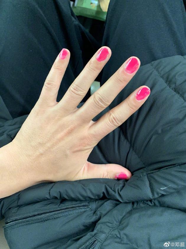 邓超被小花妹妹涂粉色指甲油