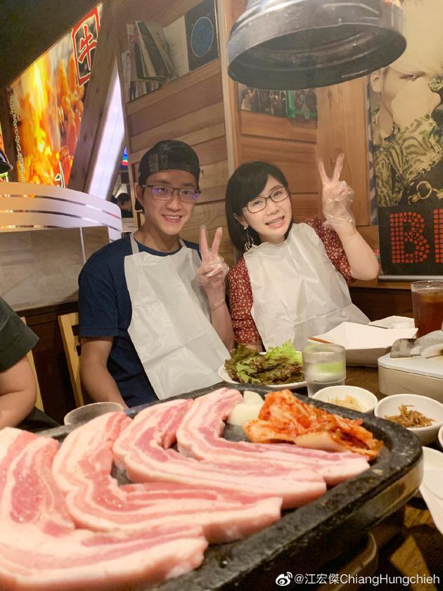 福原爱江宏杰吃烤肉比耶
